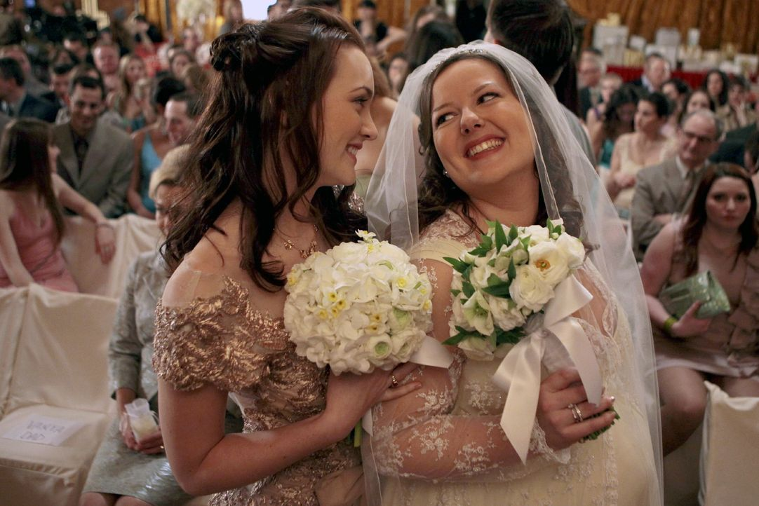 Blairs (Leighton Meester, l.) Ersatzmutter (Zuzanna Szadkowski, r.) hat geheiratet. - Bildquelle: Warner Brothers