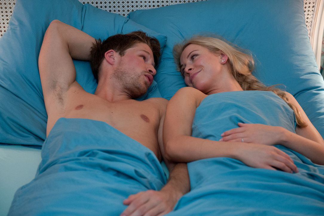 Während sich Mila auf ein Date einlässt, arbeiten Julian (Oliver Bender, l.) und Luisa (Jenny Bach, r.) an Luisas erstem Orgasmus ... - Bildquelle: Oliver Ziebe SAT.1