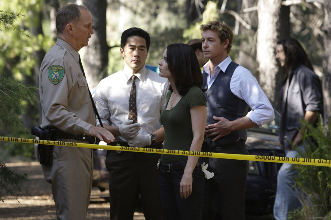 Ein Fall von zwei besten Freundinnen beschäftigt Kimball Cho (Tim Kang, 2.v.l.), Teresa Lisbon (Robin Tunney, M.), Patrick Jane (Simon Baker, 2.v.r.... - Bildquelle: Warner Bros. Television