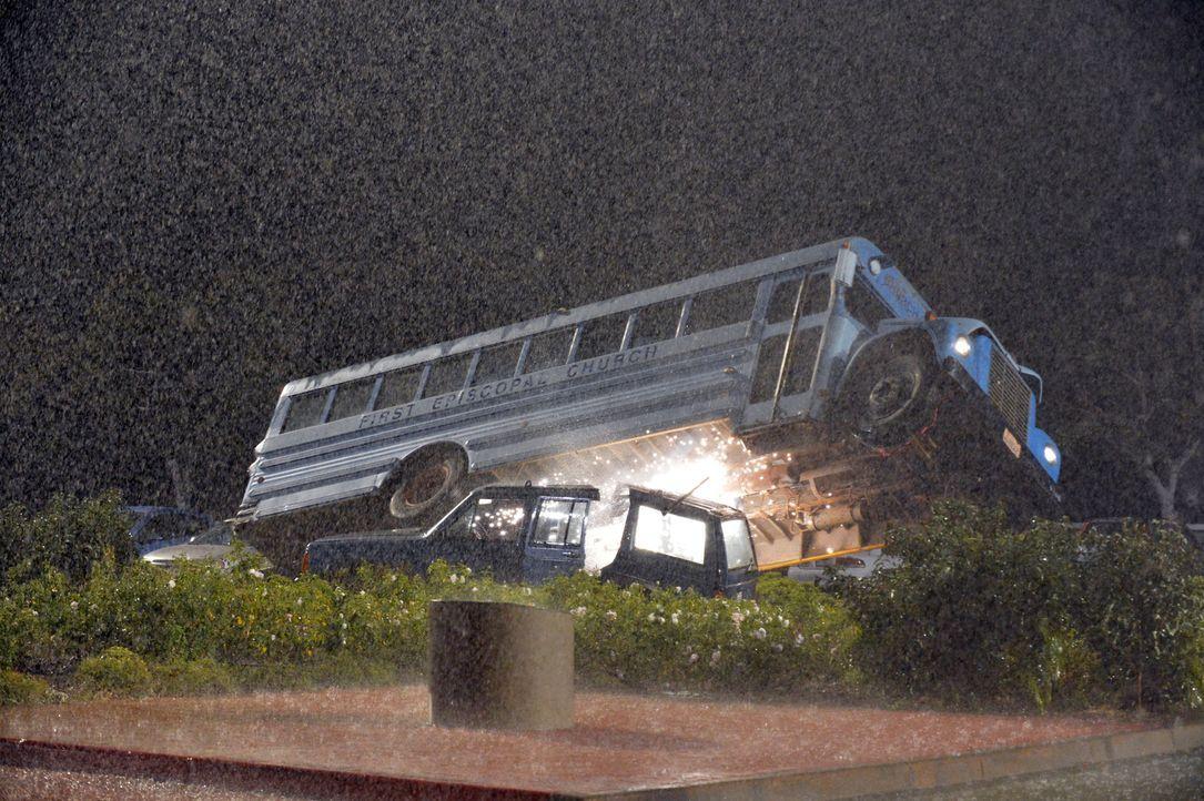 Ein starker Sturm tobt über die Westküste, dabei verunglückt ein Bus direkt vor dem Krankenhaus und droht jede Sekunde zu explodieren ... - Bildquelle: ABC Studios