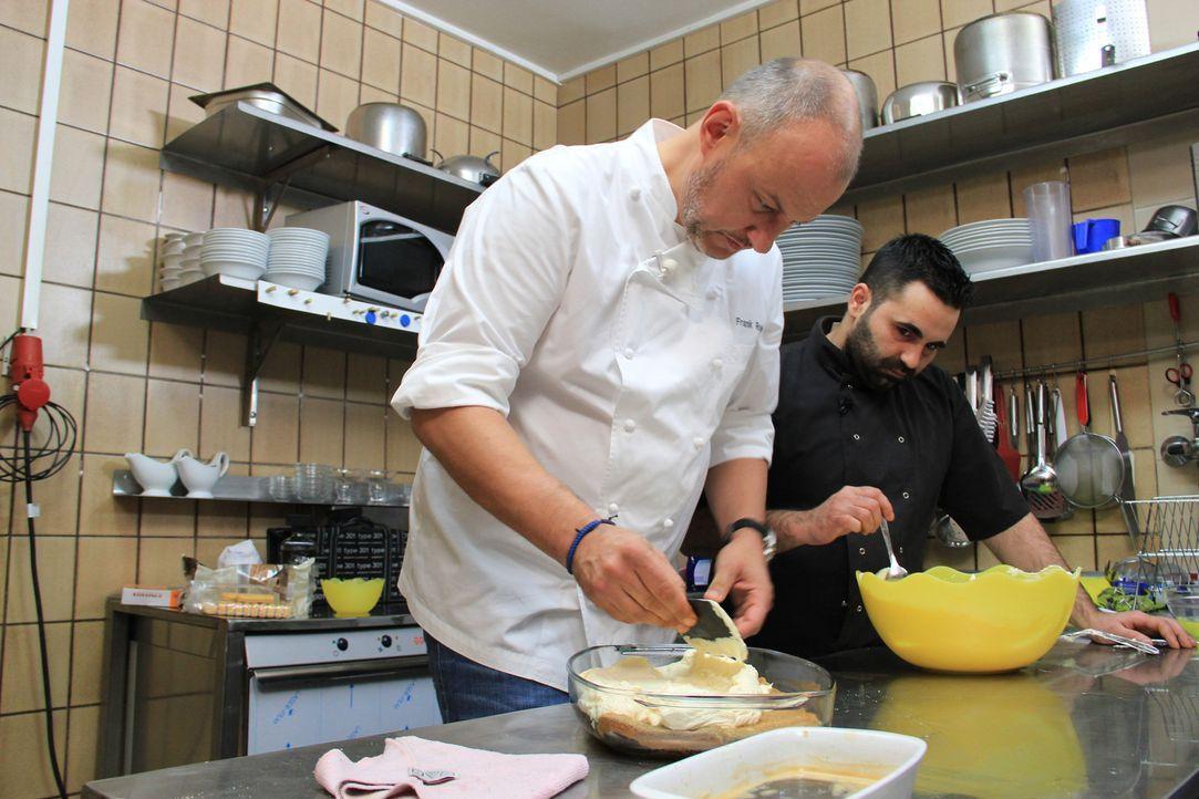 Restaurantbesitzer Alessandro Moschella (r.) hofft auf die Hilfe von Frank Rosin (l.): Nach nur zwei Jahre nach der Eröffnung kommt kaum ein Gast me... - Bildquelle: kabel eins