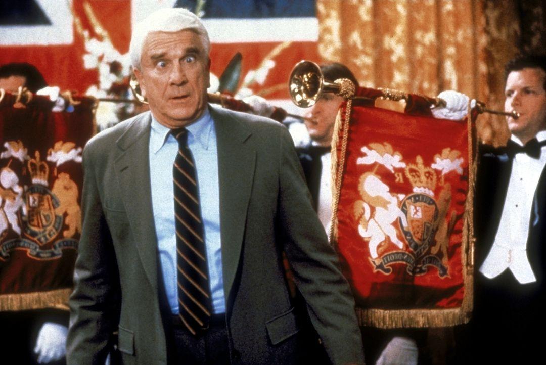 Seine Arbeit nimmt Frank (Leslie Nielsen, vorne) stets ernst: Er behält jeder Lebenslage den Durchblick. - Bildquelle: Paramount Pictures