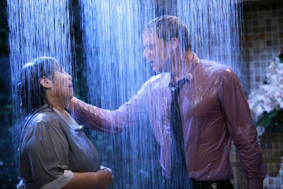 Noah (Alan Tudyk, r.) ist verzweifelt. Er vermisst seine Haushälterin Carmen (Bunnie Rivera, l.) so sehr, dass er sogar zum Psychiater geht. Irgendw... - Bildquelle: Warner Brothers