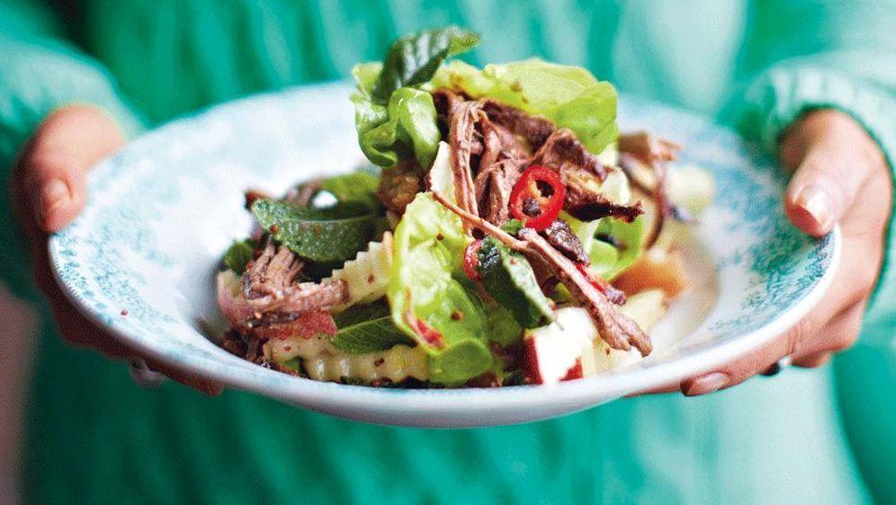 Rindfleischsalat mit Knusper-Croûtons - Bildquelle: 2013 Jamie Oliver Enterprises (2014 Jamies Wohlfühlküche) Photographer: David Loftus