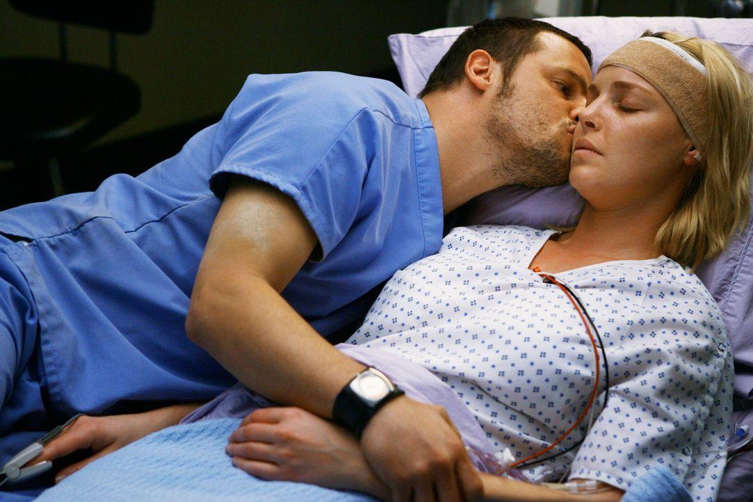 Hat ein schlechtes Gewissen, dass er Izzies (Katherine Heigl, r.) Symptome nicht früher erkannt hat: Alex (Justin Chambers, l.) ... - Bildquelle: Touchstone Television