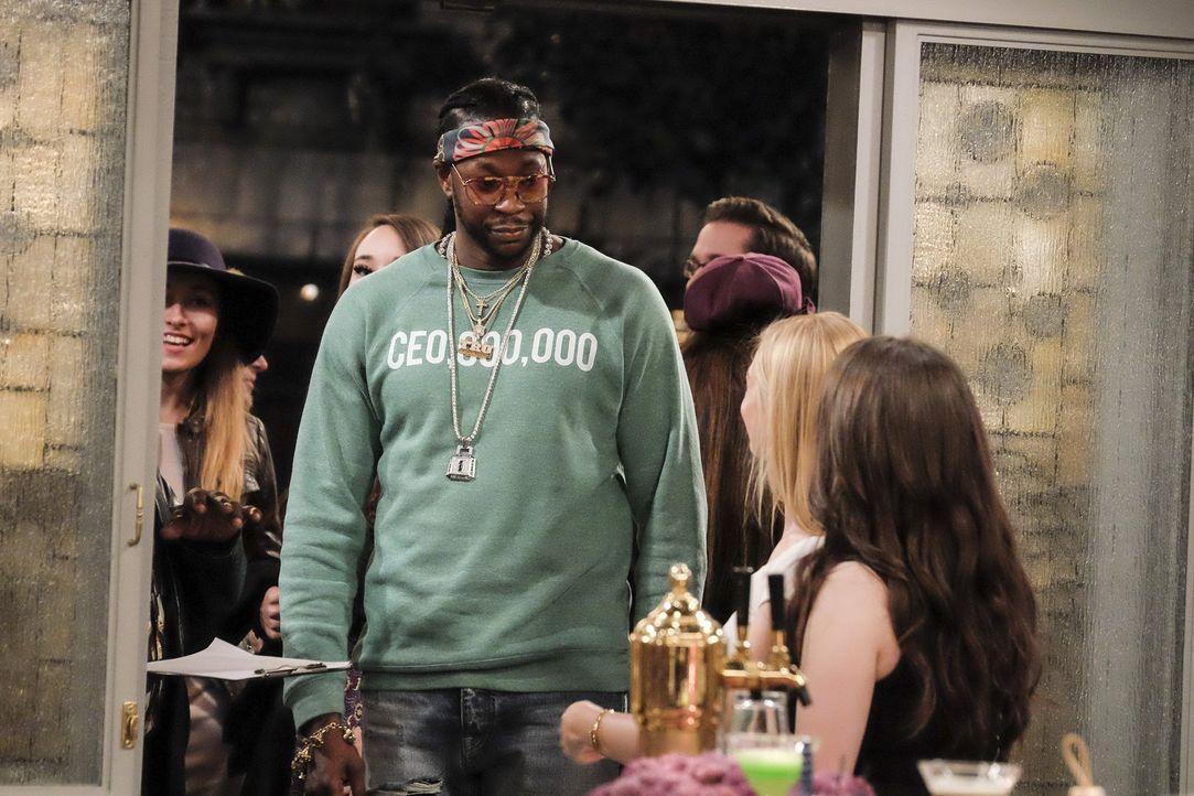 Sogar Rapper 2 Chainz (2 Chainz) stattet der neu eröffneten Dessert-Bar von Max und Caroline einen Besuch ab ... - Bildquelle: Warner Bros. Television