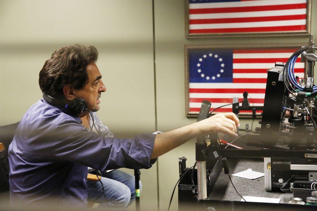 Gemeinsam mit seinen Kollegen muss Rossi (Joe Mantegna) herausfinden, wer der Mann wirklich ist, der behauptet, Dr. Tara Lewis' Bruder zu sein ... - Bildquelle: Robert Voets ABC Studios