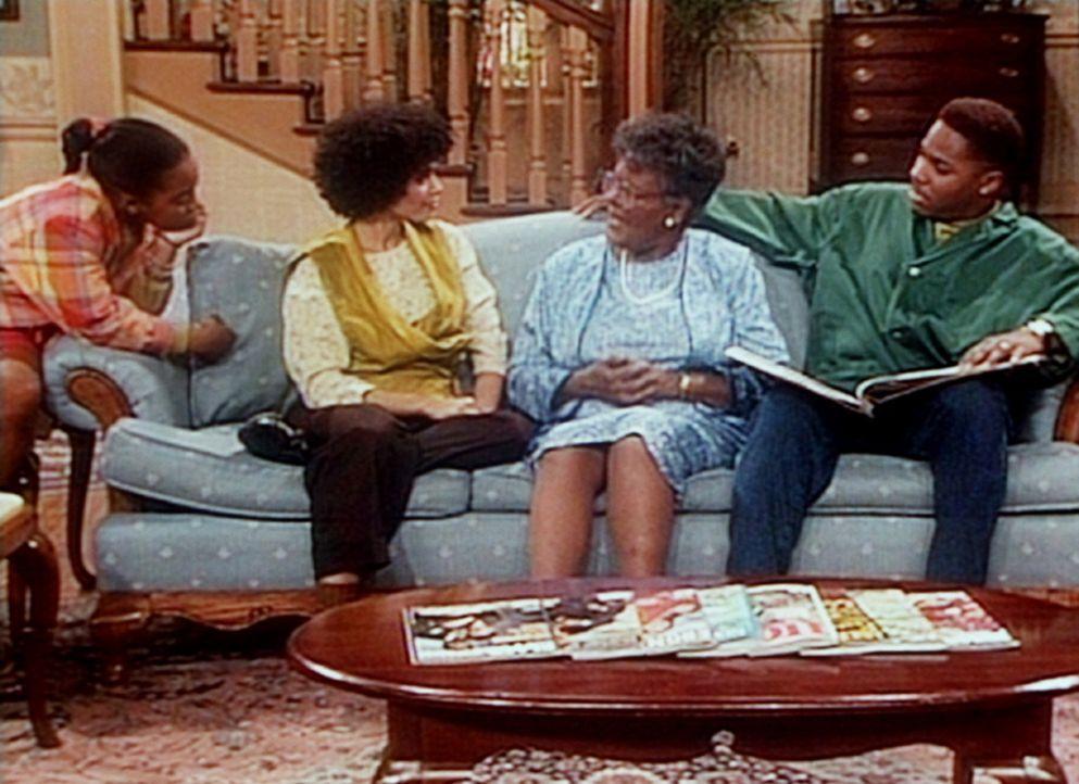 Rudy (Keshia Knight Pulliam, l.), Denise (Lisa Bonet, 2.v.l.) und Theo (Malcolm-Jamal Warner, r.) hören gespannt zu, wenn Gramtee (Minnie Gentry) A... - Bildquelle: Viacom
