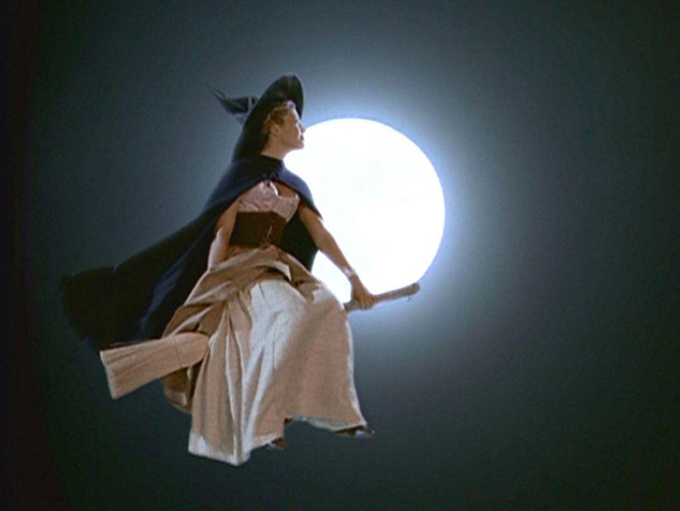 Phoebe (Alyssa Milano) stellt fest, wie nützlich es sein kann, dass Hexen auf einem Besen durch die Lüfte reiten können. - Bildquelle: Paramount Pictures