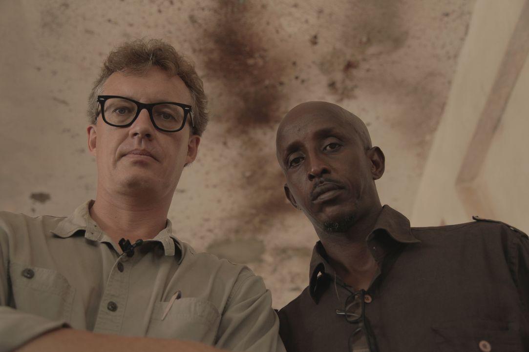 """""""Unreported World"""" Reporter Aidan Hartley (l.) trifft den Somalier Ahmed (r.) in Mogadishu, der dort durch seinen Erfolg mit mehreren Restaurants zu... - Bildquelle: Quicksilver Media"""