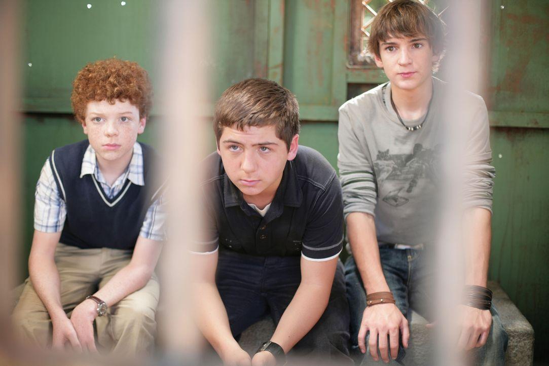Ein geheimnisvolles Video führt die Detektive Justus (Chancellor Miller, M.), Peter (Nick Price, r.) und Bob (Cameron Monaghan, l.) in ein verlassen... - Bildquelle: Disney