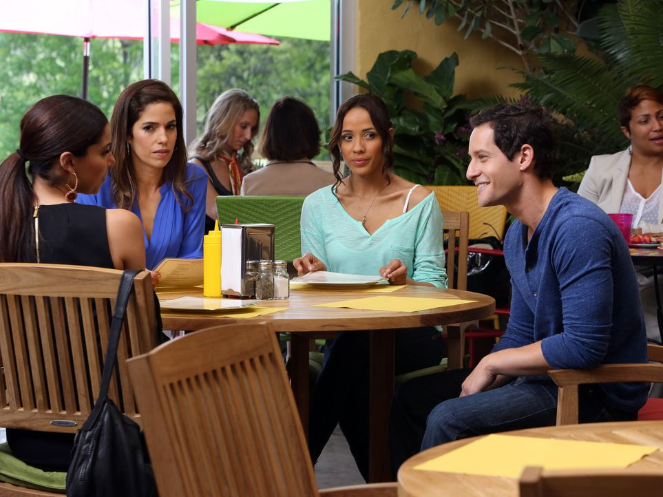 Bei einem gemeinsamen Mittagessen treffen Marisol (Ana Ortiz, 2.v.l.), Rosie (Dania Ramirez, 2.v.r.) und Carmen (Roselyn Sanchez, l.) auf den Journa... - Bildquelle: ABC Studios