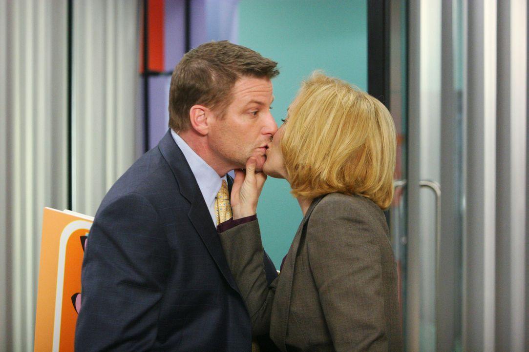 Um endlich wieder Normalität im Büro zu haben, lässt sich Lynette (Felicity Huffman, r.) auf einen Deal mit Ed ein und gewinnt. Tom (Doug Savant, l.... - Bildquelle: 2005 Touchstone Television  All Rights Reserved