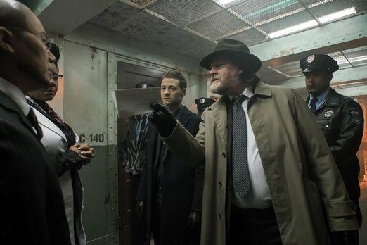 Gotham - Bullock (Donal Logue, 2.v.r.) und Gordon (Ben McKenzie, M.) sind auf...