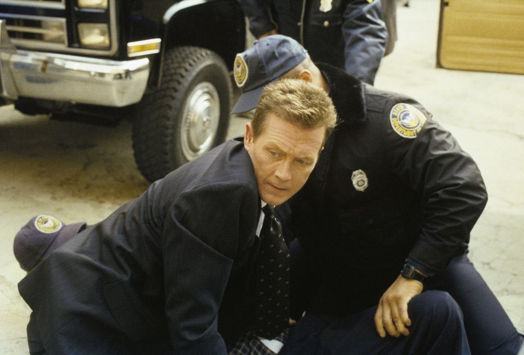 John Doggett (Robert Patrick, l.) kümmert sich um einen Mordverdächtigen, der von seinem eigenen Schwiegervater niedergeschossen wurde. - Bildquelle: TM +   2000 Twentieth Century Fox Film Corporation. All Rights Reserved.