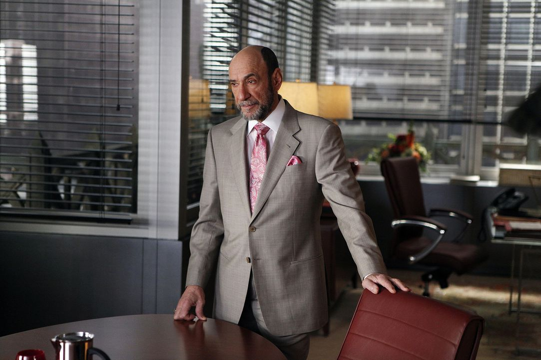 Der Anwalt Burl Preston (F. Murray Abraham) vertritt eine Filmfirma vor Gericht, wobei er sich ziemlich siegessicher ist. - Bildquelle: CBS   2011 CBS Broadcasting Inc. All Rights Reserved.