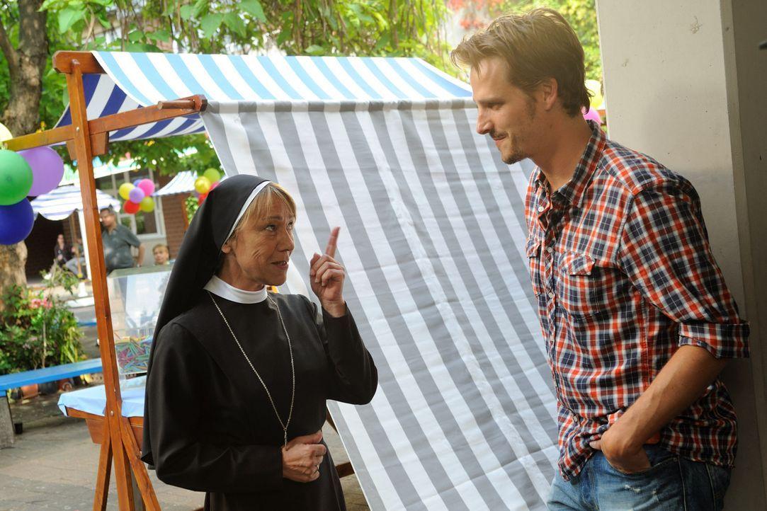 """Erst beim Schulfest wird Tom (Max von Thun, r.) klar, dass Schwester Agnes (Gitta Schweighöfer, l.) den rockenden """"Mongolettes"""" viel positiver gege... - Bildquelle: Hardy Spitz SAT.1"""