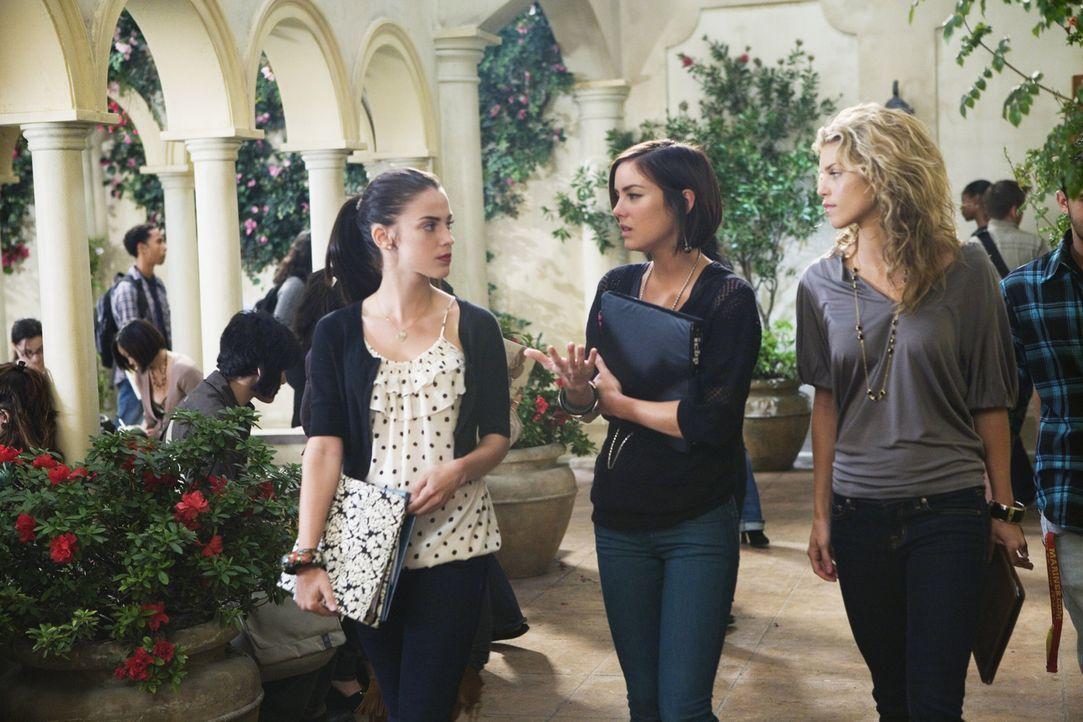 Silver (Jessica Stroup, M.) weiß nicht, wie sie sich ihrer Mutter gegenüber verhalten soll und bittet Adrianna (Jessica Lowndes, l.) und Naomi (An... - Bildquelle: TM &   CBS Studios Inc. All Rights Reserved