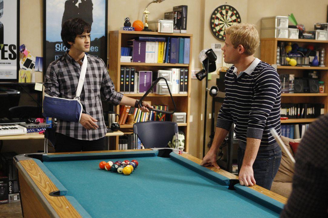 Navid (Michael Steger, l.) und Teddy (Trevor Donovan, r.) rätseln darüber, wie sie Jasper überführen können... - Bildquelle: TM &   CBS Studios Inc. All Rights Reserved