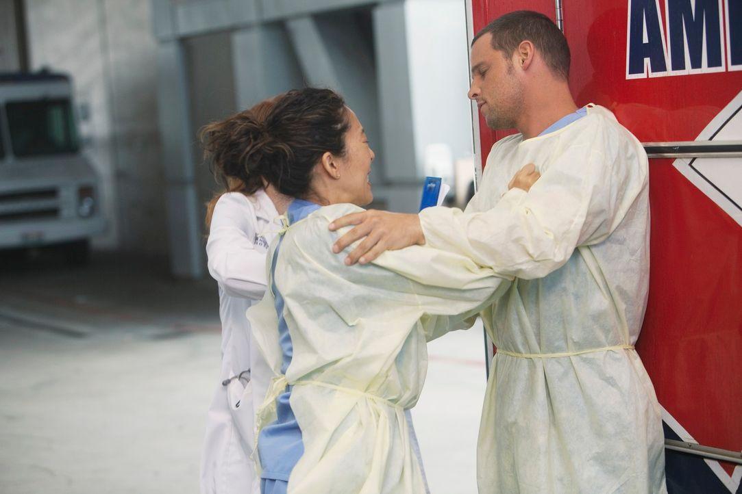 Als Cristina (Sandra Oh, l.) erfährt, dass Meredith gefeuert wurde, geht sie auf Alex (Justin Chambers, r.) los, da sie ihm die Schuld dafür gibt ..... - Bildquelle: ABC Studios