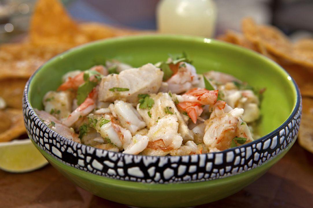 Für seine Fisch Fiesta zaubert Guy Fieri einen Salat, der Shrimps und Mahi Mahi, einem besonders geschmackvollem, festen Fischfilet, beinhaltet ... - Bildquelle: 2012, Television Food Network, G.P. All Rights Reserved.