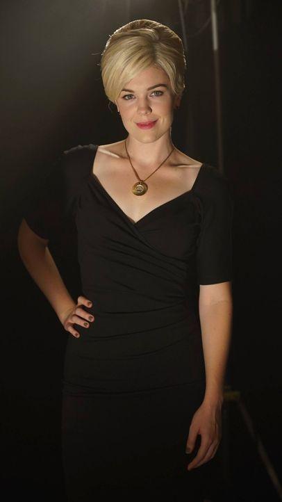 Von ihrem Auftauchen ist Penguin alles andere als begeistert: Isabella (Chelsea Spack) ... - Bildquelle: Warner Brothers
