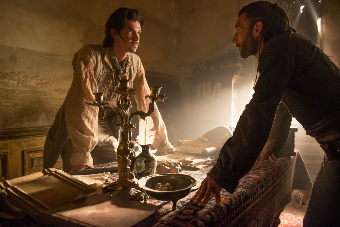 Jack Rackham (Toby Schmidt, l.) und Captain Vanes (Zach McGowan, r.) sind sich nicht einig darüber, wie und von wem die Festung am Hafen von Nassau... - Bildquelle: David Bloomer 2016 Starz Entertainment, LLC. All Rights Reserved