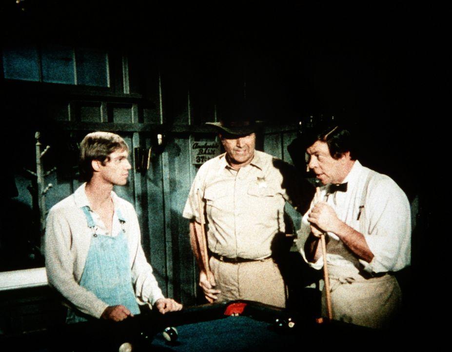 John-Boy (Richard Thomas, l.) will seiner Mutter eine Waschmaschine schenken. Er verhandelt mit Ike Godsey (Joe Conley, r.) über den Preis ... - Bildquelle: WARNER BROS. INTERNATIONAL TELEVISION
