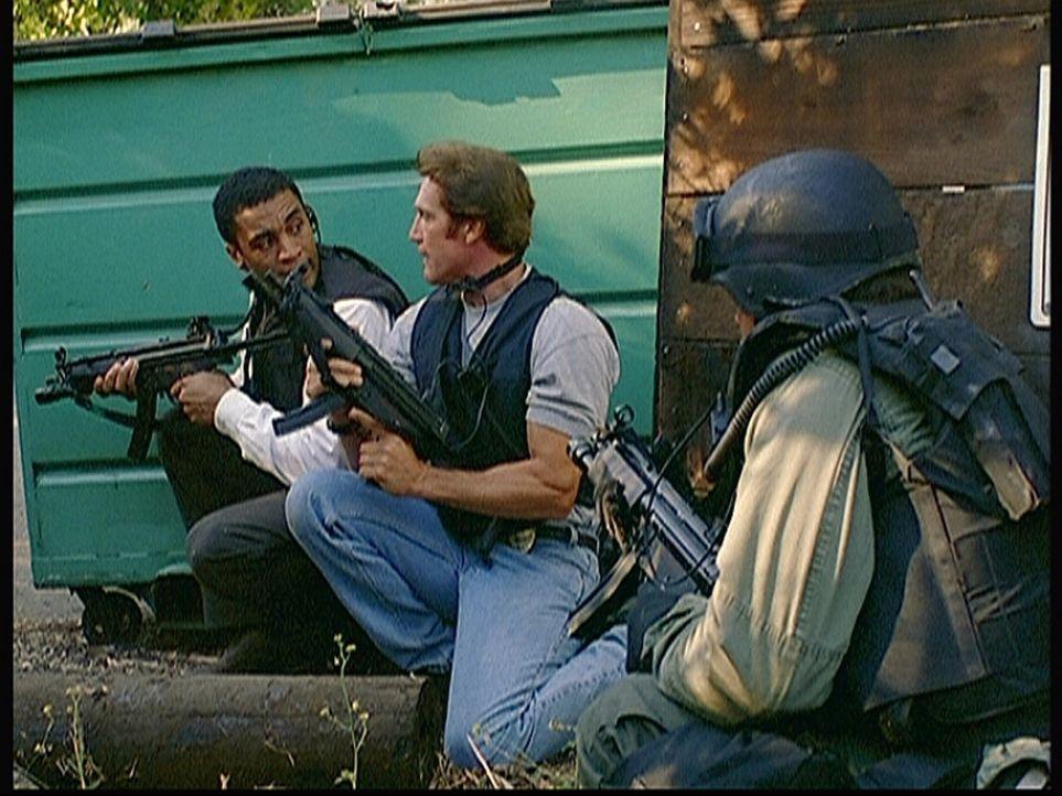 Agent Wagner (Harry J. Lennix, l.) und Steve (Barry Van Dyke, M.) bereiten den Sturm auf das Versteck der Terroristen vor ... - Bildquelle: Viacom