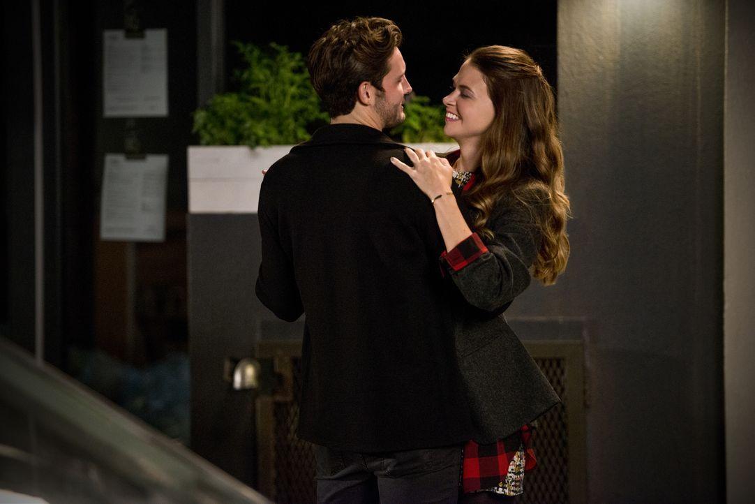 Obwohl ihr Date mit Josh (Nico Tortorella, l.) perfekt zu verlaufen scheint, ist sich Liza (Sutton Foster, r.) sicher, dass daraus niemals mehr werd... - Bildquelle: Hudson Street Productions Inc 2015
