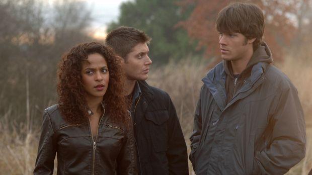 Cassie (Megalyn Echikunwoke, l.) bittet Sam (Jared Padalecki, r.) und Dean (J...