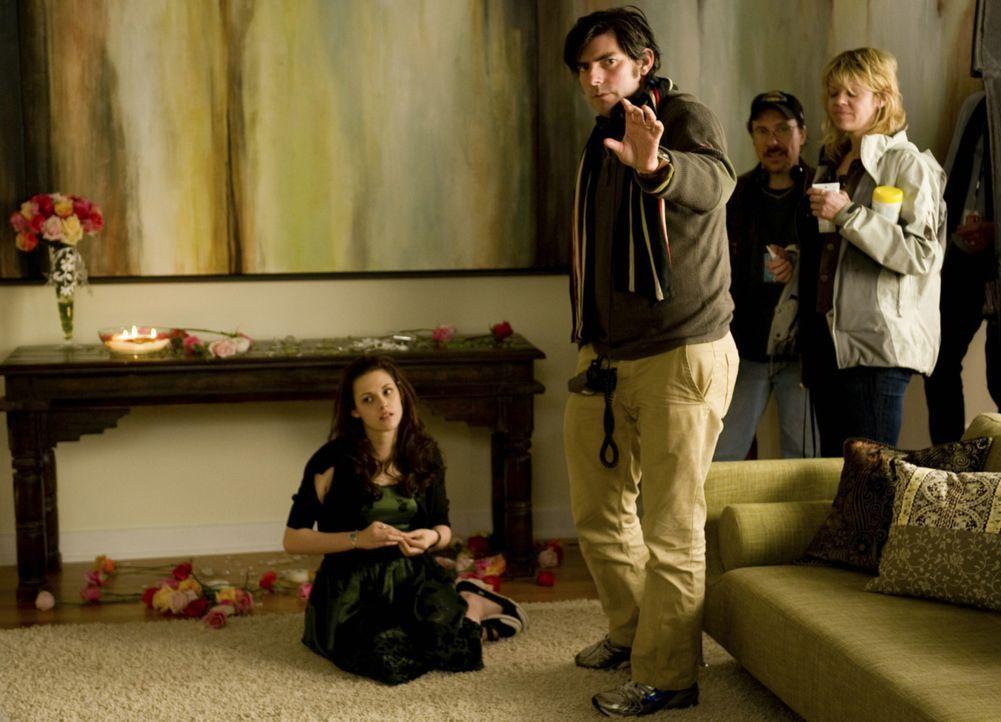 Regisseur Chris Weitz, 2.v.l. und seine Hauptdarstellerin Kristen Stewart, l. beim Dreh - Bildquelle: 2009 Concorde Filmverleih GmbH