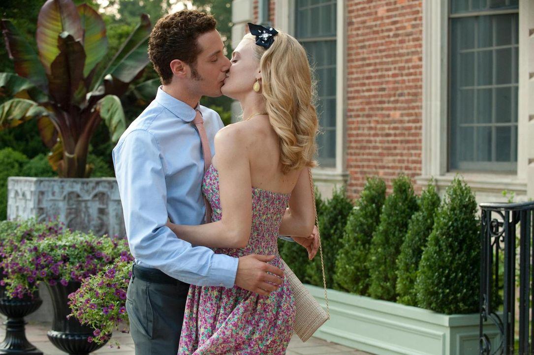 Evan (Paulo Costanzo, l.) wäre gerne wirklich mit Paige (Brooke D'Orsay, r.) zusammen, doch geht es ihr genauso? - Bildquelle: Universal Studios