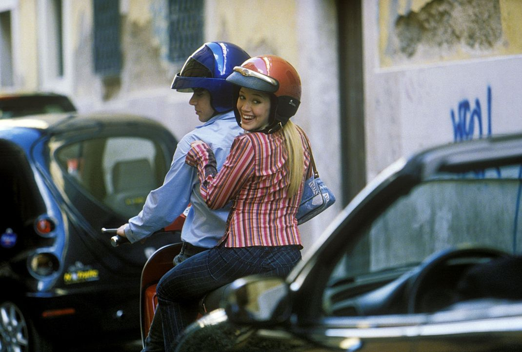 Kaum in Rom angekommen, wird Lizzie (Hilary Duff, r.) mit der berühmten Pop-Sängerin Isabella verwechselt. Auch Paolo (Yani Gellman, l.), Isabella... - Bildquelle: Rob McEwan, Philippe Antonello Buena Vista Distribution