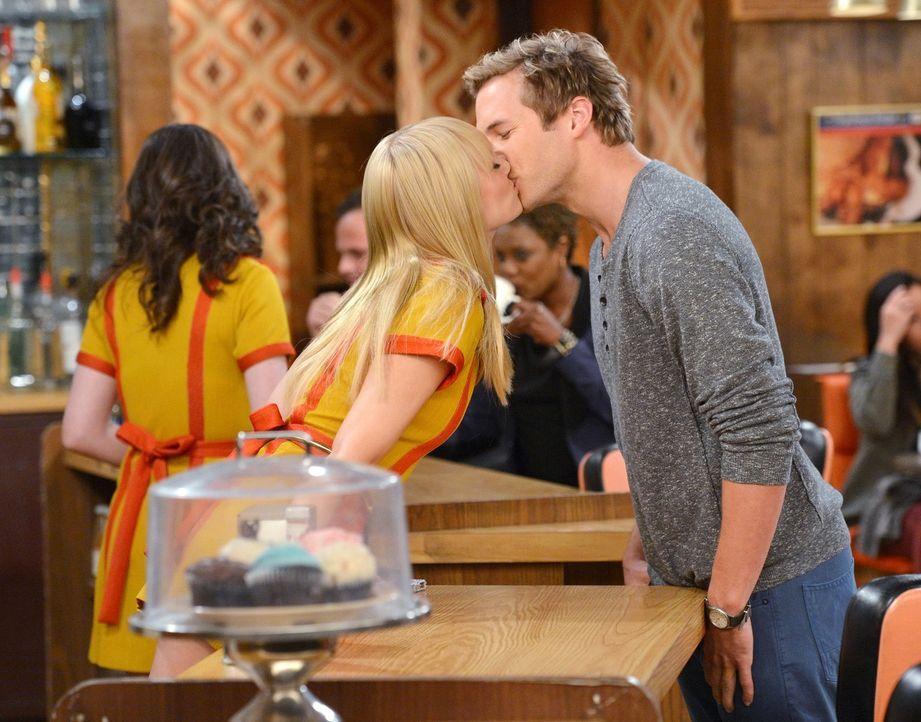 Was ist mit Caroline (Beth Behrs, l.) und Andy (Ryan Hansen, r.) los? - Bildquelle: Warner Brothers