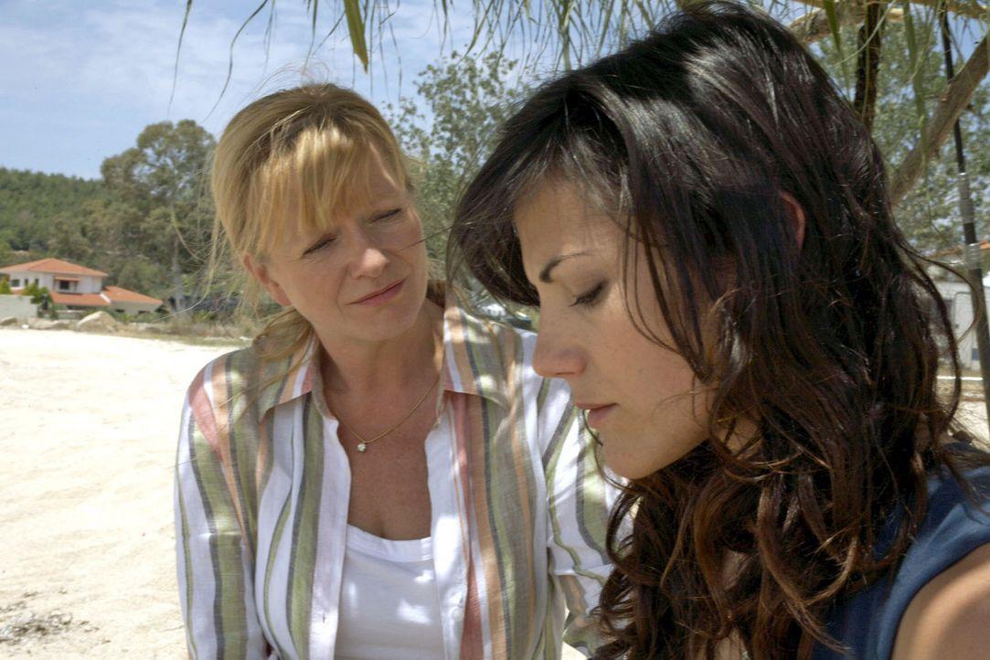 Thomas' Mutter Marlies (Ulrike Mai, l.) unterstützt Claudia (Bettina Zimmermann, r.) vor Ort bei der Suche nach ihrem verschollenen Sohn. - Bildquelle: Xeni Taze Sat.1