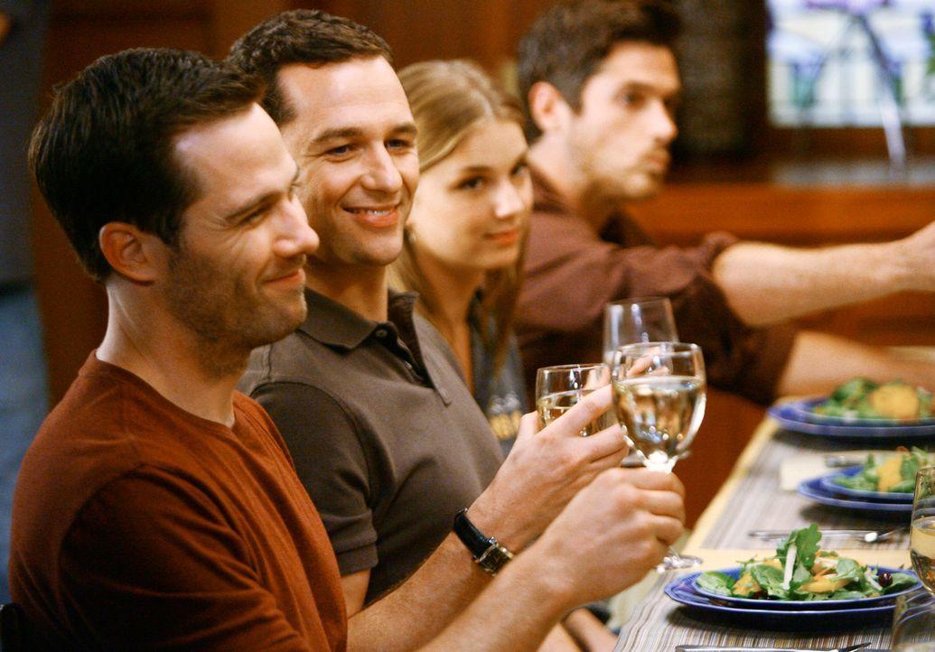 Großzügiges Geschenk: Kevin (Matthew Rhys, l.) schenkt Scotty (Luke MacFarlane, 2.v.l.) ein Haus, und handelt sich damit Ärger ein ... - Bildquelle: 2008 ABC INC.