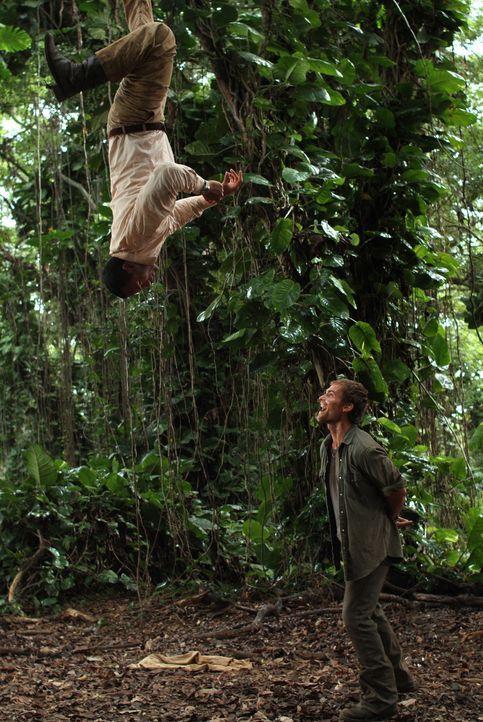 Überall lauern Gefahren: Beck (Dwayne Johnson, l.) und Travis (Seann William Scott, r.) ... - Bildquelle: 2004 Sony Pictures Television International. All Rights Reserved.