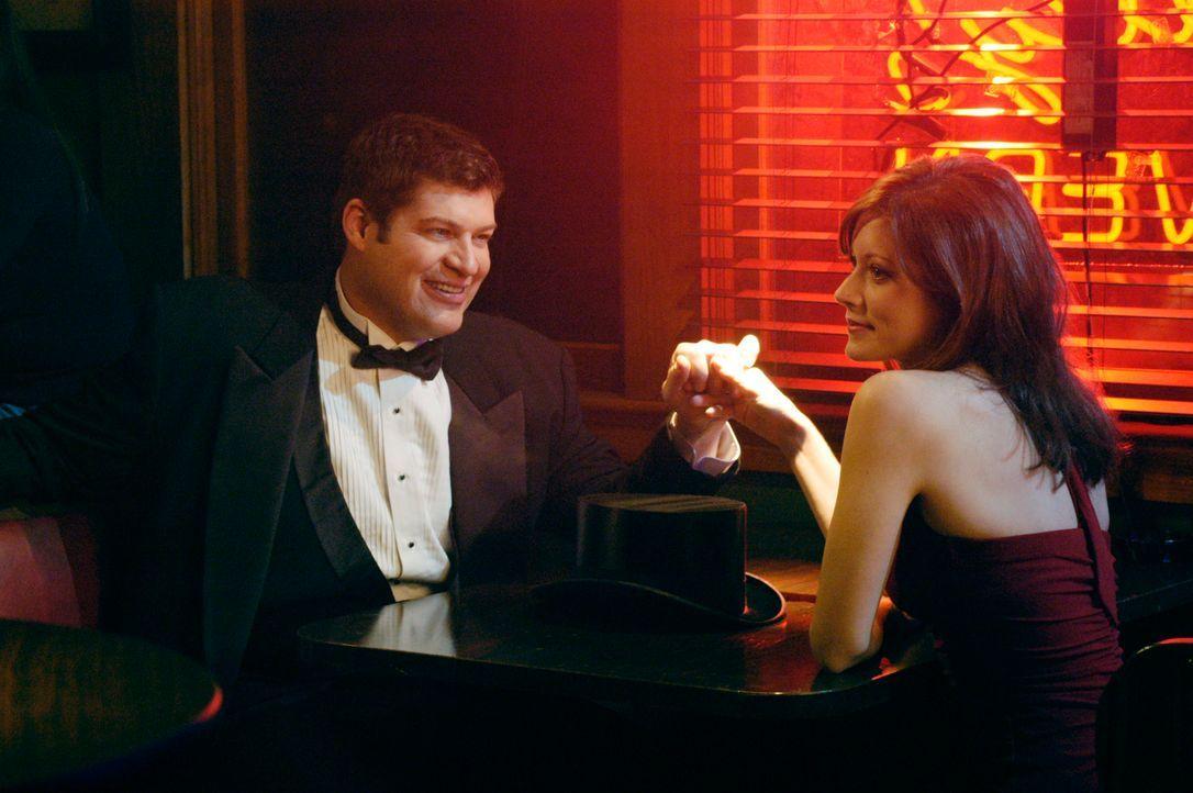 """Das Eheglück täuscht: Owen (Brad William Henke, l.) und seine Frau Alison (Elizabeth Bogush, r.) treffen sich in einer Bar zu einem """"Date"""". - Bildquelle: 2007 American Broadcasting Companies, Inc. All rights reserved."""