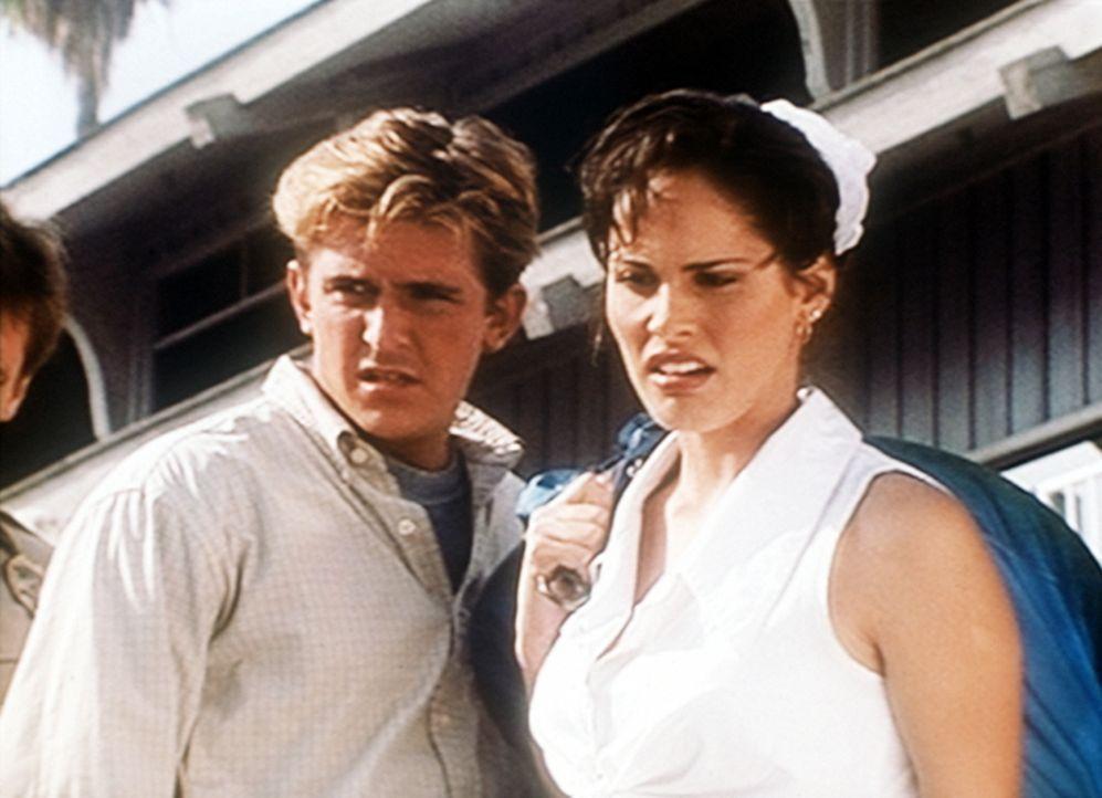 Jesse (Charlie Schlatter, l.) und seine Freundin Lanni (Joan St. Claire, r.) beobachten entsetzt, wie aus dem Magen eines Hais menschliche Leichente... - Bildquelle: Viacom
