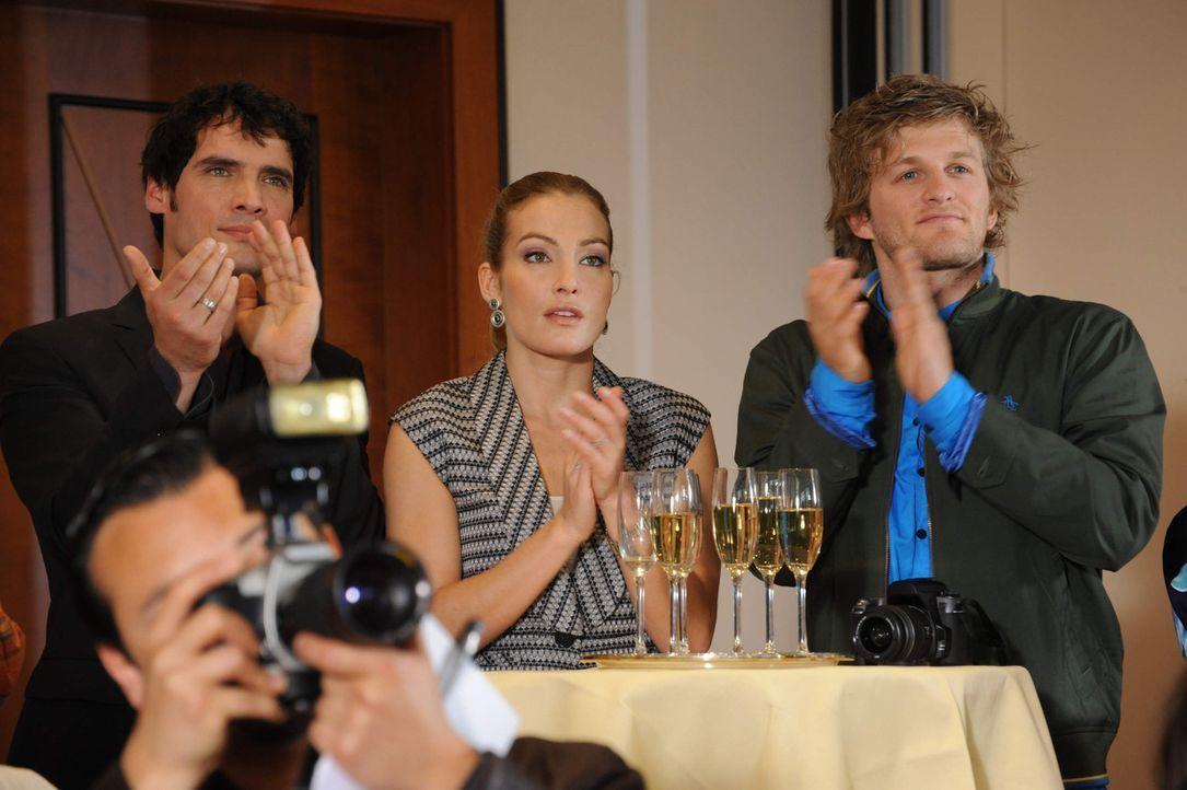 Alexander (Paul Grasshoff, l.), Annett (Tanja Wenzel, M.) und Julian (Bo Hansen, r.) nehmen bei der Pressekonferenz der neuen Kampagne teil ... - Bildquelle: SAT.1
