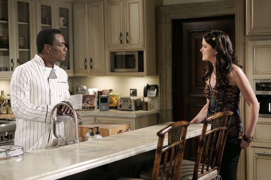 Sage (Ashley Newbrough, r.) und Louis (Ignacio Serricchio, l.) sind ineinander verliebt, aber das wissen sie noch nicht ... - Bildquelle: Warner Bros. Television