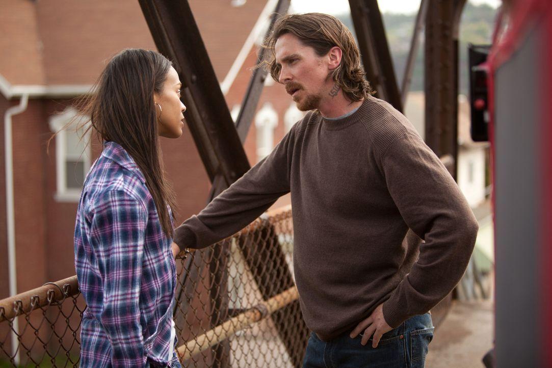 Als Russell (Christian Bale, r.) nach einer Trunkenheitsfahrt im Gefängnis landet, ahnt er, dass der Traum von einem normalen Leben mit seiner gelie... - Bildquelle: Kerry Hayes 2012 Relativity Media