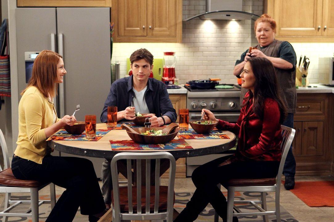 Berta (Conchata Ferrell, hinten) beobachtet gespannt, wie das Essen zwischen Zoey (Sophie Winkleman, r.), Walden (Ashton Kutcher, M.) und Bridget (J... - Bildquelle: Warner Brothers Entertainment Inc.