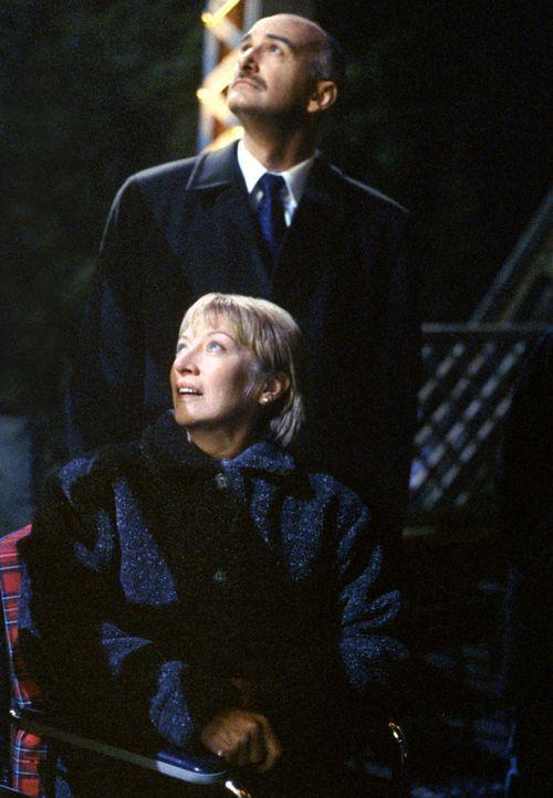 Quiet Willy (Willy Ross, hinten), der dem Konsortium angehört, soll Cassandra Spender (Veronica Cartwright, vorne), die behauptet, mehrfach von Auße... - Bildquelle: 1997 Twentieth Century Fox Film Corporation. All rights reserved.
