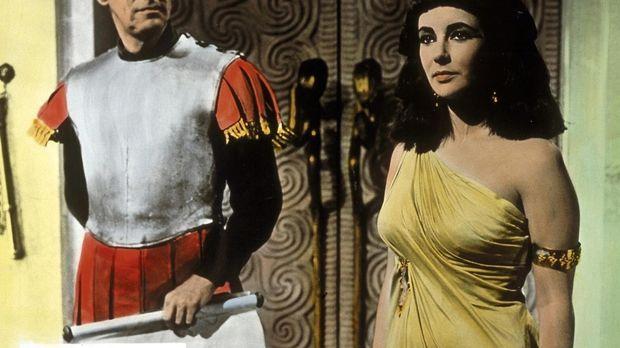 Julius Cäsar (Rex Harrison, l.) kann sich dem sinnlichen Anblick Cleopatras (...