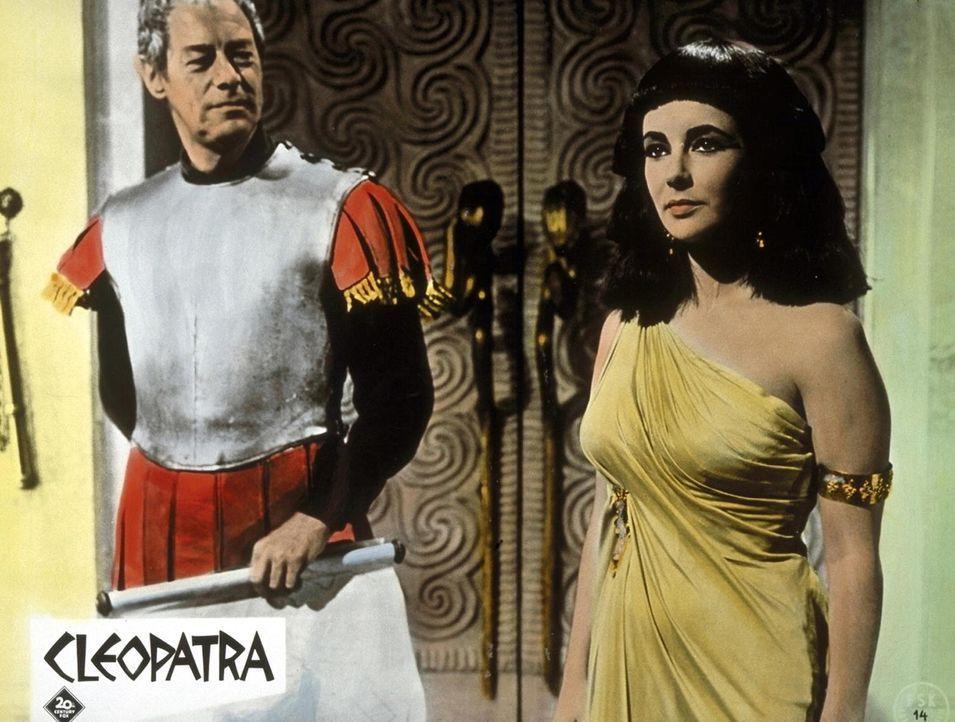 Julius Cäsar (Rex Harrison, l.) kann sich dem sinnlichen Anblick Cleopatras (Elizabeth Taylor, r.) nicht entziehen. Er verhilft seiner Geliebten an... - Bildquelle: 20th Century Fox Film Corporation