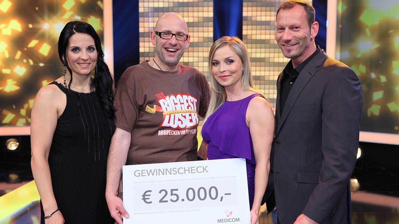 the-biggest-loser-finale-roger-mit-scheck-und-coaches-kabeleins 1600 x 900 - Bildquelle: kabel eins