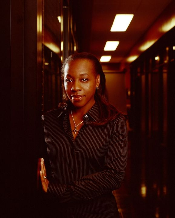 (2. Staffel) - Ermittlungsbeamtin Vivian Johnson (Marianne Jean-Baptiste) ist für die kleinen Details zuständig ... - Bildquelle: Warner Bros. Entertainment Inc.