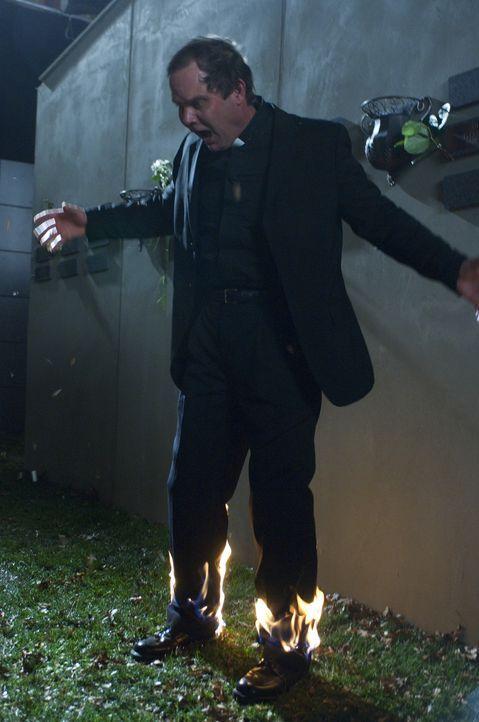 Das Böse macht auch vor dem Fiesesten nicht halt: Pater Sanchez (Pablo Coffey) ... - Bildquelle: Ed Araquel 2007 Diary Productions Inc.